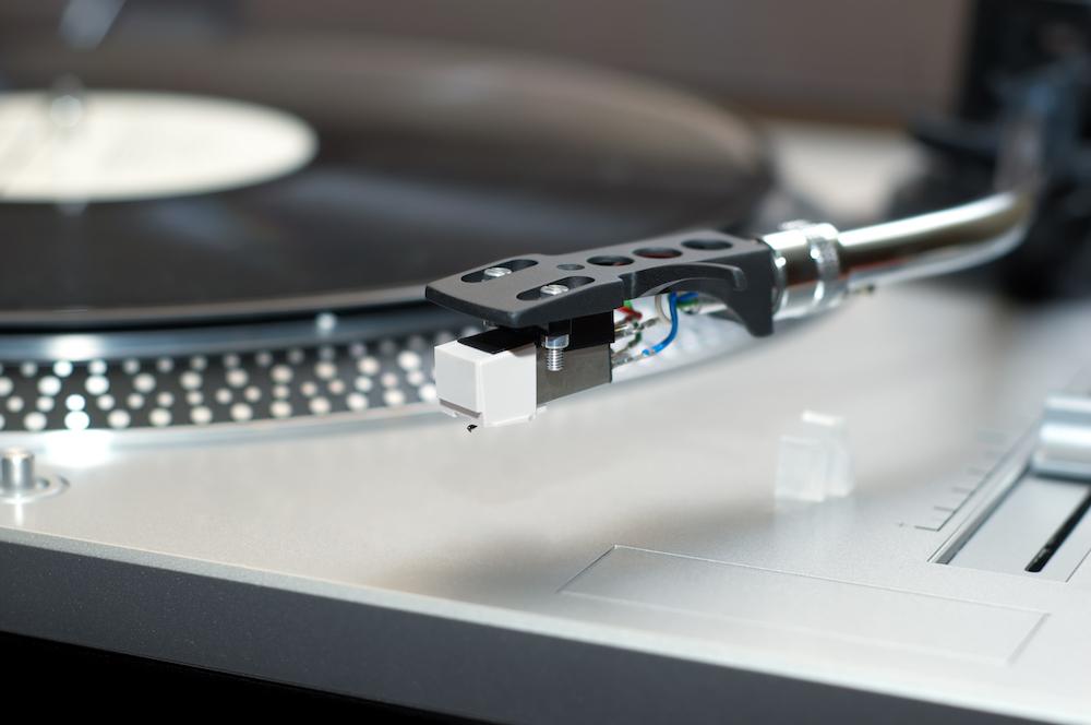 Kumpi on ääneltään parempi, CD vai vinyylilevy?